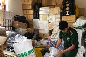 Đồn Biên phòng Vĩnh Nguơn thu giữ 2.000 gói thuốc lá ngoại nhập lậu