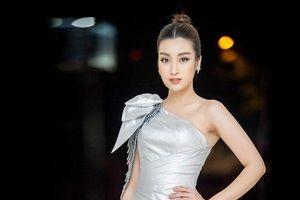 Mỹ Linh vai trần gợi cảm tỏa sáng cùng top 15 Miss Cao Đẳng Y Dược Asean