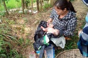 Phát hiện bé sơ sinh còn nguyên dây rốn bị bỏ rơi ngoài đồng