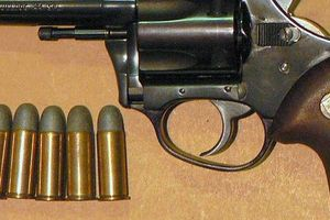 Bắt đối tượng dùng súng cướp tại chợ Long Biên