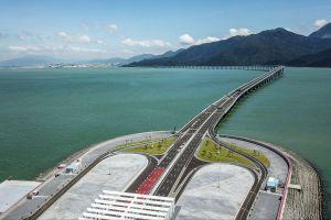 Cầu vượt biển dài nhất thế giới ở TQ 'ế' xe vì luật không minh bạch