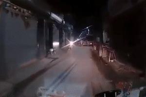 Tránh xe trong hẻm, xe máy ngã ngay trước đầu ôtô