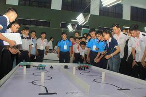 166 học sinh tranh tài tại sân chơi Olympic Robot tải hàng