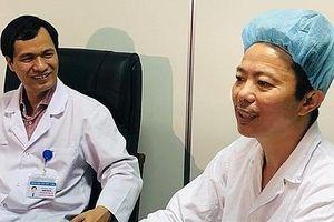 Bệnh nhân nằm hát trên bàn mổ để bác sỹ cắt bỏ khối u trong não
