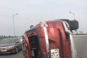 Xế hộp lật trên cao tốc Hạ Long-Hải Phòng, tài xế văng qua dải phân cách chết thảm
