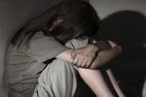 Mẹ chết đứng khi nghe con gái 10 tuổi kể chuyện bị cha xâm hại