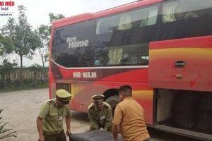 Hà Tĩnh: Bắt giữ xe khách chở hàng tấn vải lậu