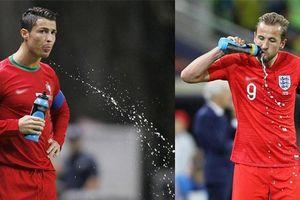 Tại sao các cầu thủ thích khạc nước uống trên sân?