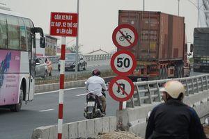 'Đùa với tử thần' khi chạy xe máy lên cầu vượt dành cho ô tô