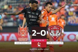 Đồng đội phạm sai lầm ngớ ngẩn, Văn Lâm thủng lưới 2 bàn cay đắng