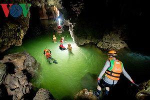 Chuyên gia lặn khảo sát sông ngầm ở hang Sơn Đoòng
