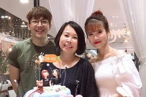 Vợ chồng Khởi My - Kelvin Khánh hạnh phúc tổ chức sinh nhật cho mẹ