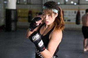 Nữ võ sĩ hạ đối thủ sau đòn đấm vào bụng