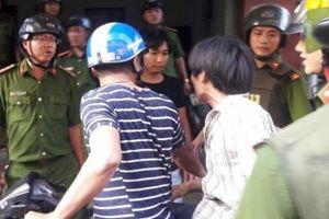 Đà Nẵng: Nhiều cảnh sát vây bắt kẻ cầm dao dọa công an, đòi nhảy lầu