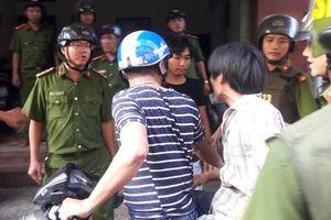 Nghẹt thở vây bắt nam thanh niên nghi ngáo đá cố thủ suốt 2 giờ trên tầng 3
