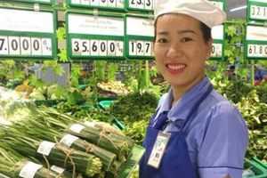Người nội trợ TPHCM bất ngờ khi siêu thị dùng lá chuối tươi bọc rau quả