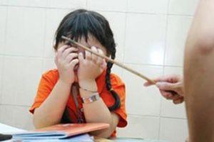 Bị phê bình trong sổ đầu bài, giáo viên dùng thước đánh 22 em học sinh bầm tím chân