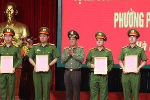 Khen thưởng các đơn vị khám phá nhanh vụ án dùng súng cướp tiền ở chợ Long Biên