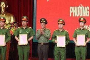 Khen thưởng thành tích phá án vụ cướp tài sản tại chợ Long Biên
