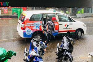 Cơn mưa bất chợt giúp giải nhiệt ở TP HCM