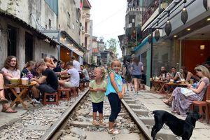 Du khách nước ngoài ngang nhiên uống cà phê trên đường tàu, chụp ảnh thách thức 'tử thần'
