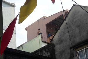 Nghẹt thở vây bắt con nghiện tấn công công an, cầm dao cố thủ trên nóc nhà