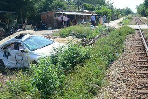 Tàu hỏa tông ô tô văng xuống ruộng, 3 người bị thương nặng