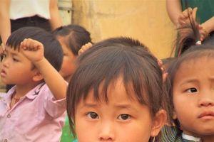 Thủ Đô Multimedia và ICTnews tặng quần áo, dép mới cho học sinh mầm non xã Sính Phình, huyện Tủa Chùa, Điện Biên