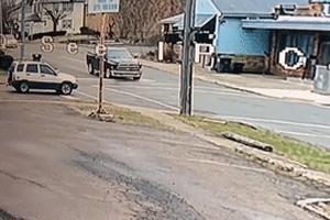 Chạy trốn cảnh sát, SUV đâm bán tải xoay vòng