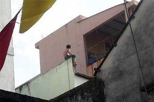Nghẹt thở cảnh 50 cảnh sát vây kẻ nghi ngáo đá cầm dao cố thủ trên nóc nhà