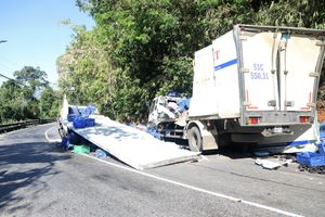 Tai nạn trên đèo Bảo Lộc, xe tải chở nông sản đâm vào vách núi