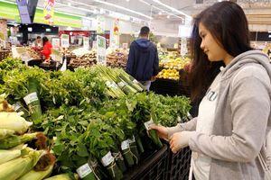 Siêu thị ở Sài Gòn dùng lá chuối gói thực phẩm thay nilon