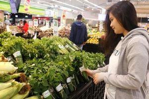 Nhiều siêu thị Big C thí điểm bọc rau bằng lá chuối