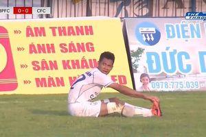 Vung chân đá bóng thẳng vào lưới nhà, đội trưởng XSKT Cần Thơ nhận án phạt cực nặng từ LĐBĐ Việt Nam