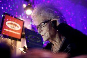 Cụ bà 80 tuổi chơi DJ ở vũ trường gây choáng váng