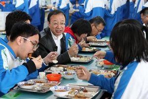 Để đảm bảo thực phẩm sạch, hiệu trưởng Trung Quốc phải ăn cùng học sinh