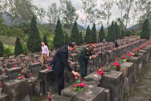 Đoàn đại biểu TP Hà Nội viếng các anh hùng liệt sĩ tại tỉnh Hà Giang