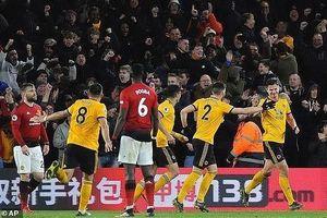 Smalling 'đốt đền', MU thua sốc trước Wolverhampton