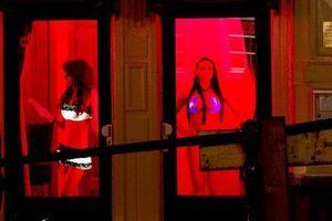 Gái mại dâm tức giận vì Amsterdam cấm tour du lịch tới phố đèn đỏ