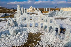 Mùa xuân làm tuyết tan, lâu đài băng Cáp Nhĩ Tân chỉ còn tàn tích