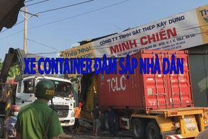 Hú hồn xe container ủi văng xe tải chở nước đá rồi lao thẳng vào nhà dân