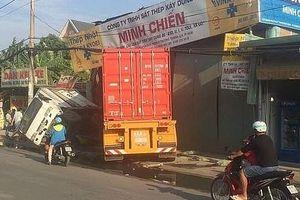 Xe container tông sập 2 nhà dân, tài xế vô tư ngủ trong cabin