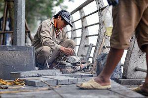 Hà Nội tiến hành lát vỉa hè bằng đá nhân tạo trên nhiều tuyến phố