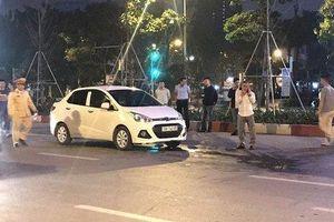 Va chạm giao thông, tài xế cầm dao đâm người đi xe máy rồi lên ô tô cố thủ