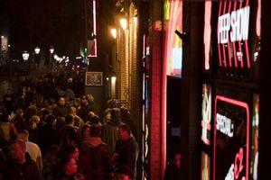Amsterdam cấm du khách đến phố đèn đỏ, nhiều ý kiến trái chiều