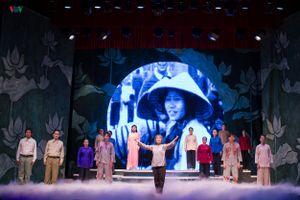 Đêm diễn đầu tiên vở cải lương 'Cuộc đời của mẹ' tại Nhà hát VOV