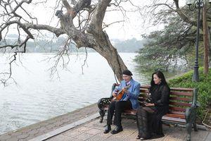 Nhạc sĩ Vũ Thành An đệm ghi ta hát cùng học trò bên hồ Gươm