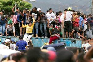Dân Venezuela 'phá' rào, vượt biên sang Colombia tìm thức ăn