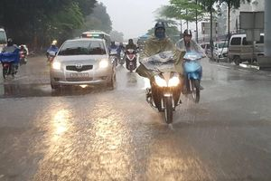 Hà Nội mưa rào xối xả đầu ngày, miền Bắc còn mưa trong 2 ngày tới
