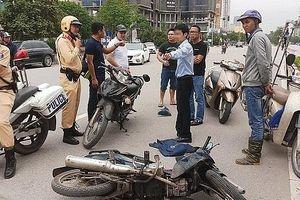 Phóng viên lao thẳng xe máy vào hai tên cướp